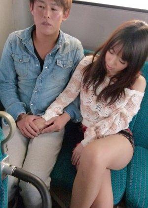 Жесткая порно модель на публике в автобусе занимается сквиртингом - фото 13