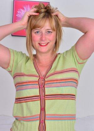 Зрелая женщина тоже хочет почувствовать себя желанной, поэтому раздевается до нижнего белья - фото 5