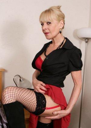 Зрелая блондинка еще очень темпераментна, но она стесняется полностью раздеться - фото 8