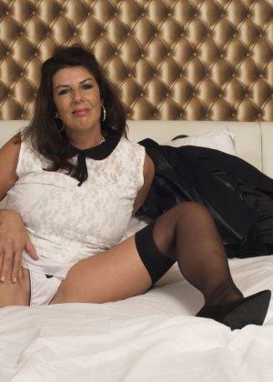 Зрелая британская красотка показывает свое шикарное тело, одевшись в сексуальное белье - фото 15