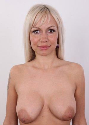 Блондинка с натуральными дойками на кастинге сняла с себя трусики - фото 9