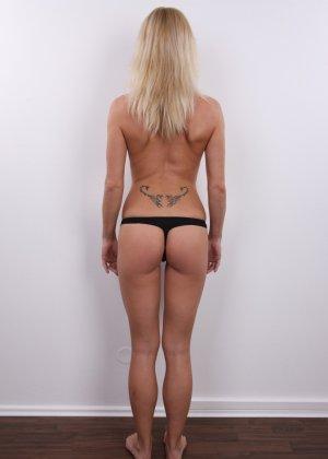 Девушка позирует перед камерой в обнаженном виде у стула - фото 8