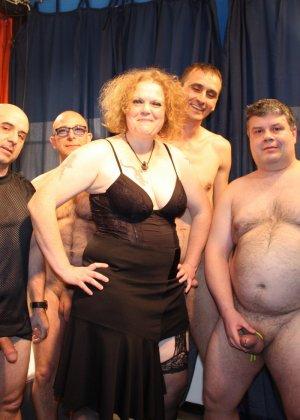 Толпа толстых мужиков ебут зрелую рыжую пышку во все щели - фото 5