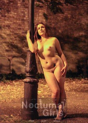 Изабель Дин – девушка без комплексов, поэтому показывает свои прелести прямо на фоне ночного города - фото 7
