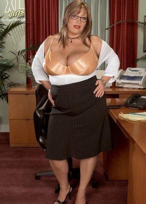 Женщина с огромными формами просто поражает своей внешностью, у нее нереальные объемы - фото 4