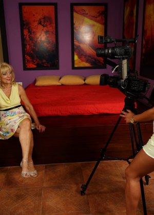 Две зрелые женщины соблазняют молодую брюнетку и принимаются учить ее сексуальным утехам - фото 3