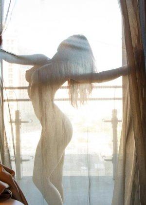 Зиши готова показывать свое красивое тело сквозь прозрачную тюль и демонстрирует свою гимнастическую подготовку - фото 10