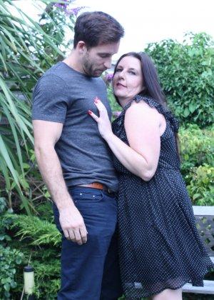 Пышная дамочка соблазняет симпатичного мужчину и с удовольствием отдается ему - фото 9