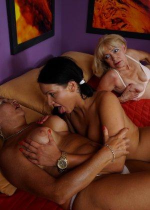 Две зрелые женщины соблазняют молодую брюнетку и принимаются учить ее сексуальным утехам - фото 12