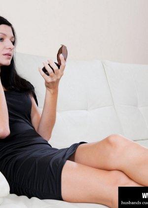 Красивая брюнетка заставила своего мужа смотреть как её ебет любовник - фото 1