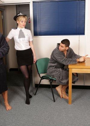 Две подружки в униформе сосут члены троим зрелым паренькам в халатах - фото 1