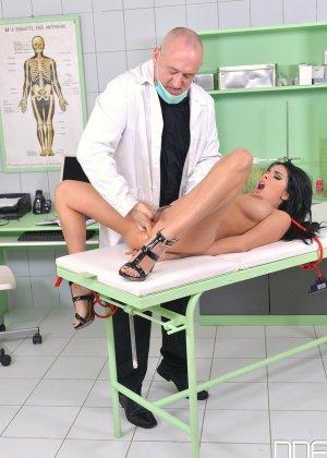 Шикарную брюнетку в больнице лысый доктор ебет раком в анал - фото 5