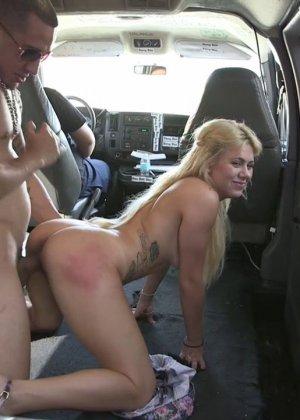 Горячая блондинка делает минет парню на заднем сидении в машине - фото 14