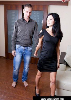 Красивая брюнетка заставила своего мужа смотреть как её ебет любовник - фото 4