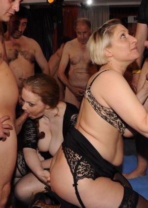 Зрелые мадамы в стриптиз клубе сосут члены и облизывают сперму с лица - фото 11