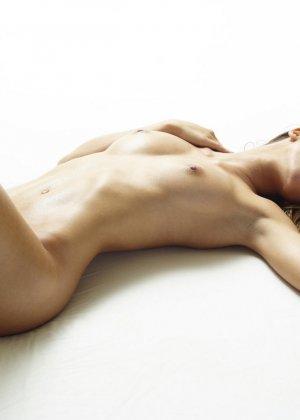 Эротические фото красивой худенькой девушки с маленькой грудью - фото 7