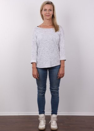 Слегка волосатый лобок девушки, которая предпочитает носить джинсы и свободные свитера - фото 1- фото 1- фото 1