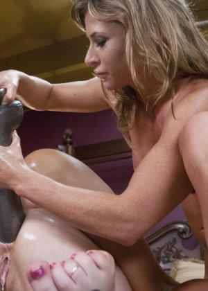 Проститутки в латексе занялись развратной еблей со своими подружками - фото 19
