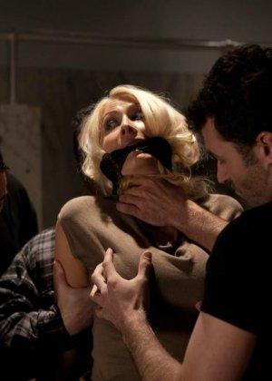 Блондинка оказывается между несколькими мужчинами, которые готовы драть ее мощно, с силой - фото 3