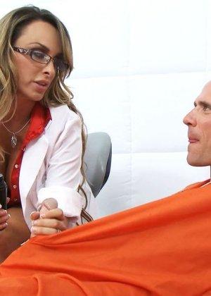Сиськастая медсестра в тюрьме трахнулась с лысым зеком по заказу - фото 6