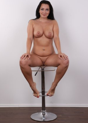 Красивая брюнетка с натуральными дойками на фото кастинге в порно бизнес - фото 16