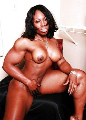 Черная женщина показывает, что занимаясь бодибилдингом можно добиться невероятных результатов - фото 5