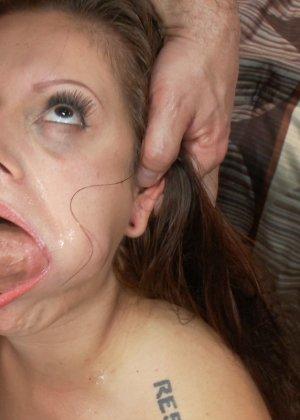 Рисковая девушка соглашается на сумасшедший секс с несколькими мужчинами и разрешает им все - фото 18