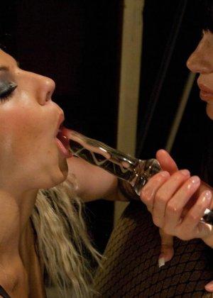 Блондинка с брюнеткой сначала наслаждаются обществом друг друга, а затем привлекают мужчину - фото 8