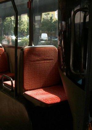 Блондинку ебут на публике в трамвае после длинного рабочего дня - фото 22