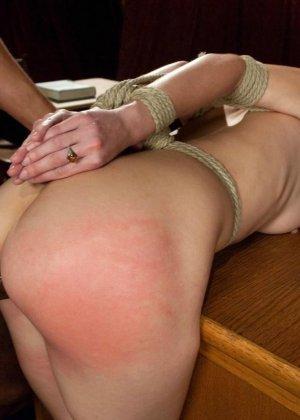 Рисковая дамочка разрешает испытывать свое тело на прочность с помощью некоторых предметов - фото 12