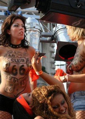 Сексуальные девушки в красивых платьях на улице показывают грудь - фото 9