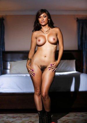 Рина Скай показывает свою шикарную, упругую грудь и раздвигает ножки, чтоб показать мохнатую киску - фото 6