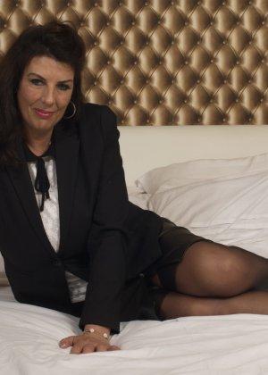 Зрелая британская красотка показывает свое шикарное тело, одевшись в сексуальное белье - фото 3