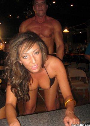 Мужики в клубах дают в ротик своим неописуемо красивым телкам - фото 14