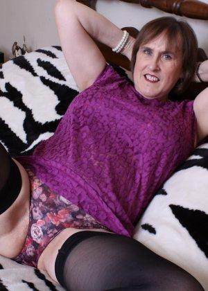 Женщина в возрасте не стесняется своего тела, поэтому с удовольствием показывает себя - фото 7