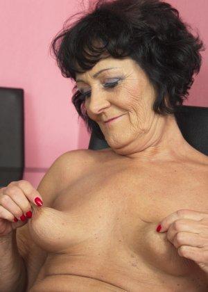Женщина в возрасте очень хочет секса, поэтому с удовольствием позирует перед камерой с вибратором - фото 5