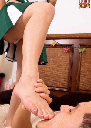 Кирра Лайн разрешает снять с себя кроссовки и носки, а затем подставляет ножки для поцелуев и пизду для секса - фото 9