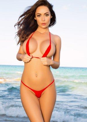 Адриенн Левай показывает свое сексуальное тело в крохотном красном бикини, позволяя насладиться своей красотой - фото 2