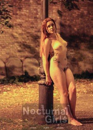 Изабель Дин – девушка без комплексов, поэтому показывает свои прелести прямо на фоне ночного города - фото 1