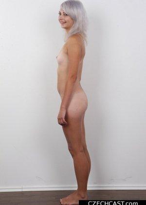 Блондинка с мелкой сиськой показала свою выбритую пизду - фото 12