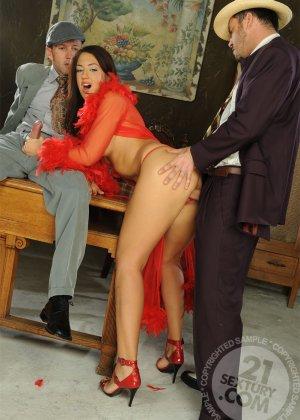 Развратная азиатка в красном платье ебется с таксистом и шефом в офисе - фото 13