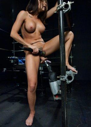 Девушка пробует на себе действие секс-машин - фото 21- фото 21- фото 21