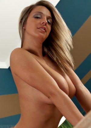 Никки Симс – горячая блондинка, которая возбудит любого своими большими буферами и соблазнительными изгибами - фото 11