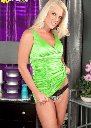 Скромная блондинка снимает с себя леопардовое белье на камеру - фото 8