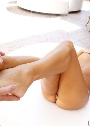 Красотка с красивой натуральной грудью подрочила пареньку хуй нежными длинными ногами - фото 9