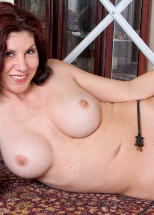 Сисястой домохозяйке нравится пережимать свои дойки шнуром от утюга и натягивать его между ног - фото 11