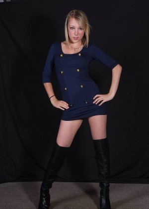Сладкая блондиночка показывает свое стройное тело, при этом ничего с себя не снимая - фото 4