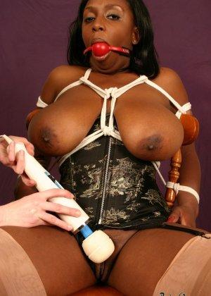 Зрелые лесбиянки занялись развратными играми прикупив новых игрушек - фото 5