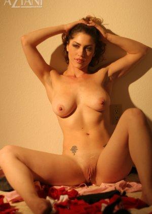 Женщина обладает особым шармом, который она так хорошо передает через свои откровенные фото - фото 5