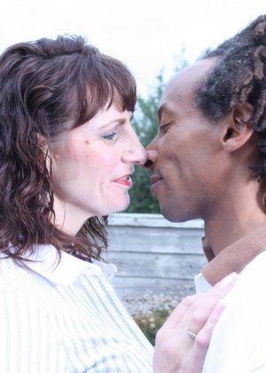 Зрелая темпераментная женщина соблазняет темнокожего мужчину и позволяет себя трогать - фото 2